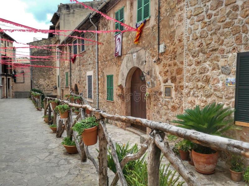 Vieux passage couvert de ville de Valldemosa Majorque photos stock