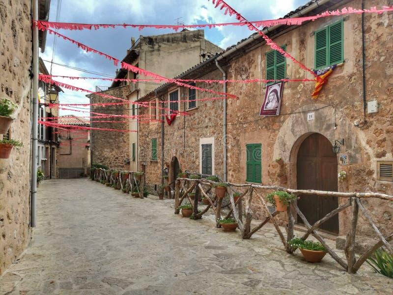 Vieux passage couvert de ville de Valldemosa Majorque photographie stock
