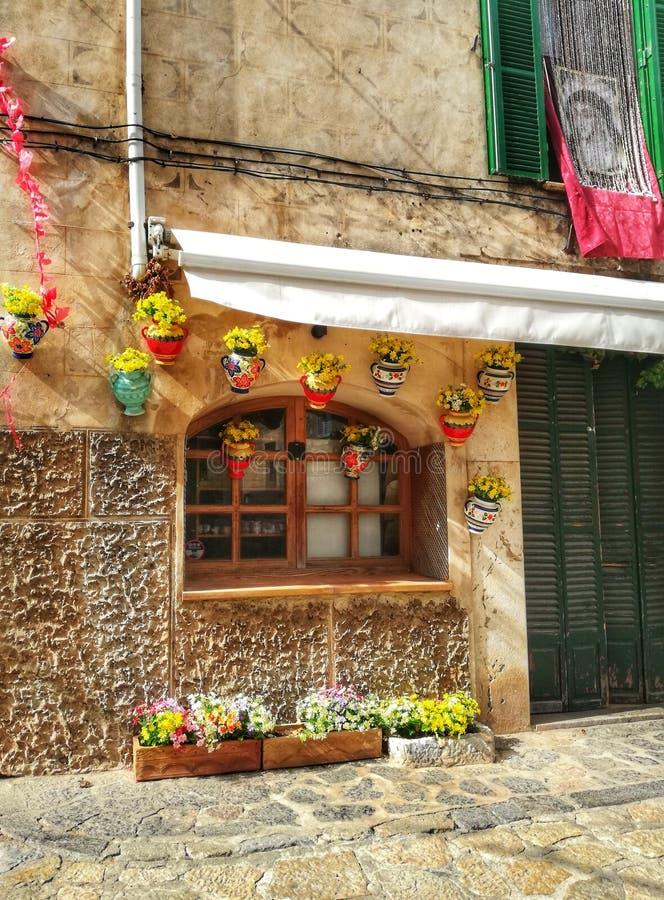 Vieux passage couvert de ville de Valldemosa Majorque photo stock