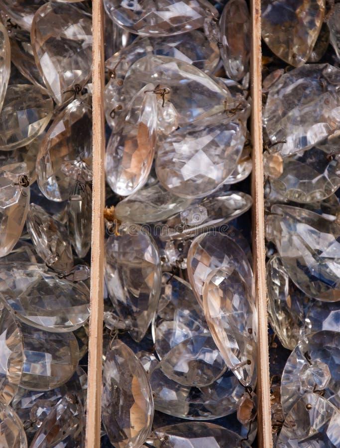 Vieux pendants en cristal au marché aux puces. image libre de droits