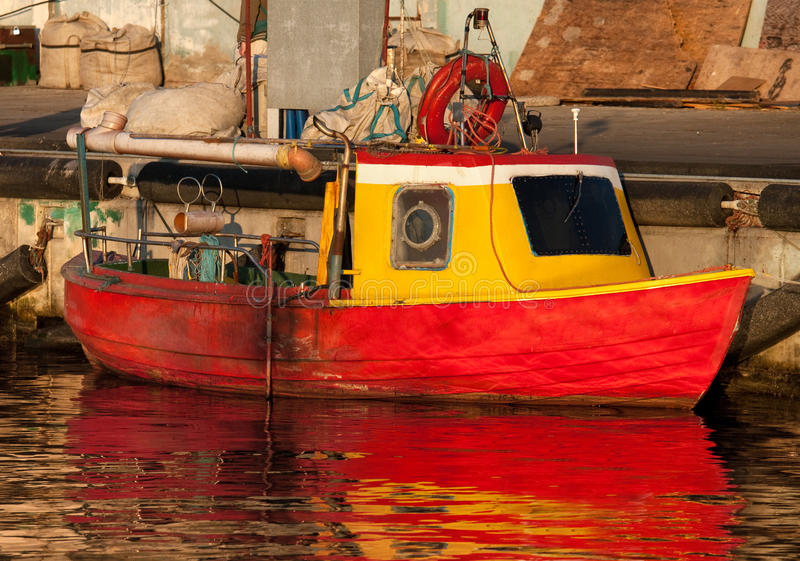Vieux petit bateau de pêche photo libre de droits