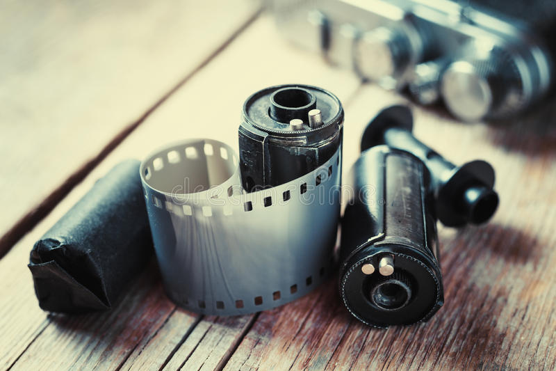 Vieux petits pains de film de photo, cassette et rétro appareil-photo sur le fond photo libre de droits
