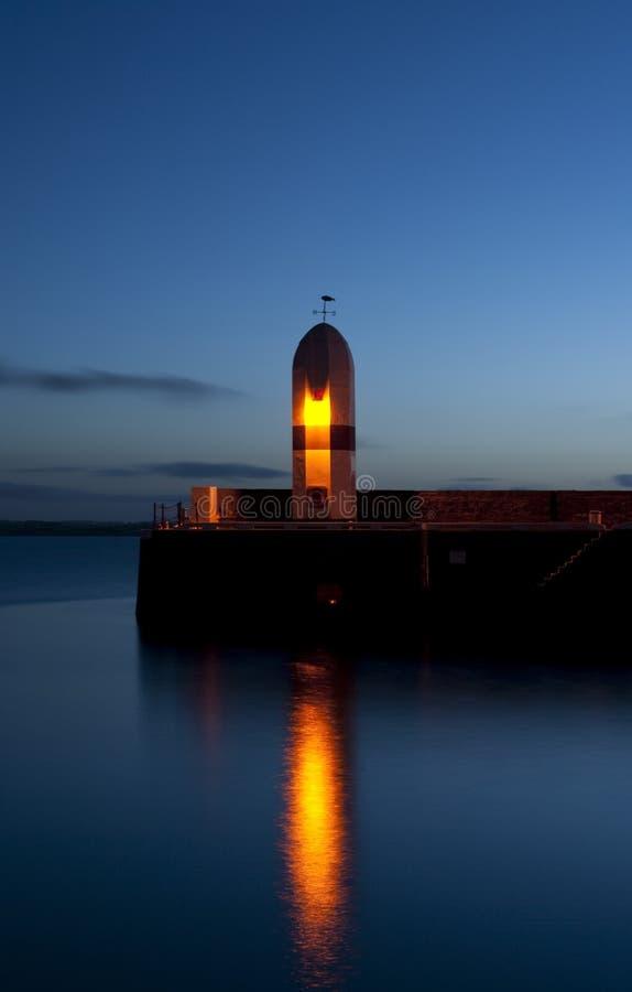 Vieux phare avec le ciel de matin et la mer calme photographie stock libre de droits