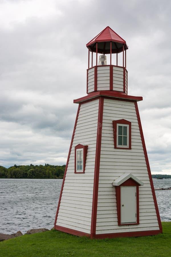 Vieux phare en bois au lac ontario près de Gananoque photographie stock