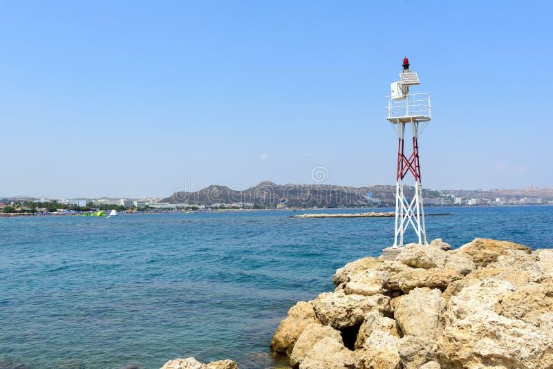 Vieux phare en métal sur des roches d'île de Rhodes, Grèce photographie stock