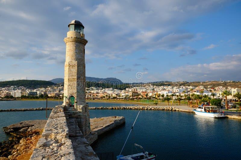 Vieux phare et vue sur la ville de Rethymno images libres de droits