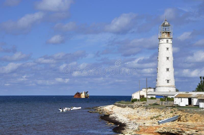 Vieux phare sur la plage image stock