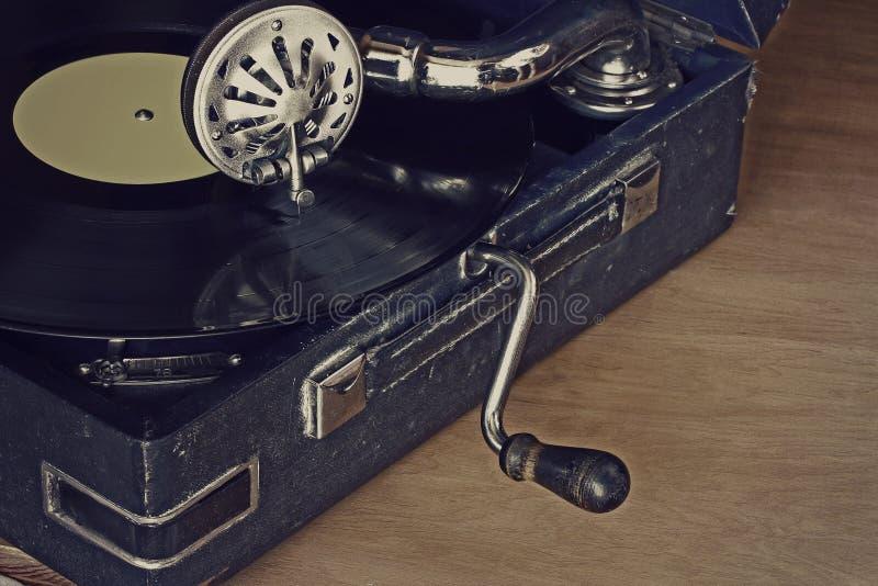 Vieux phonographe avec des disques vinyle image stock
