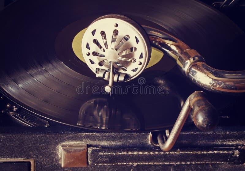 Vieux phonographe avec des disques vinyle photos stock