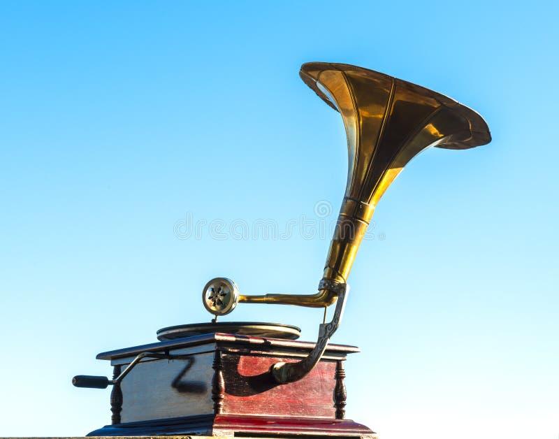 Vieux phonographe d'isolement sur le ciel bleu images stock