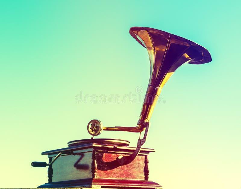 Vieux phonographe d'isolement sur le ciel bleu photos libres de droits