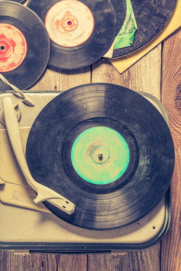 Vieux phonographe et peu de disques vinyle sur la table en bois photographie stock libre de droits
