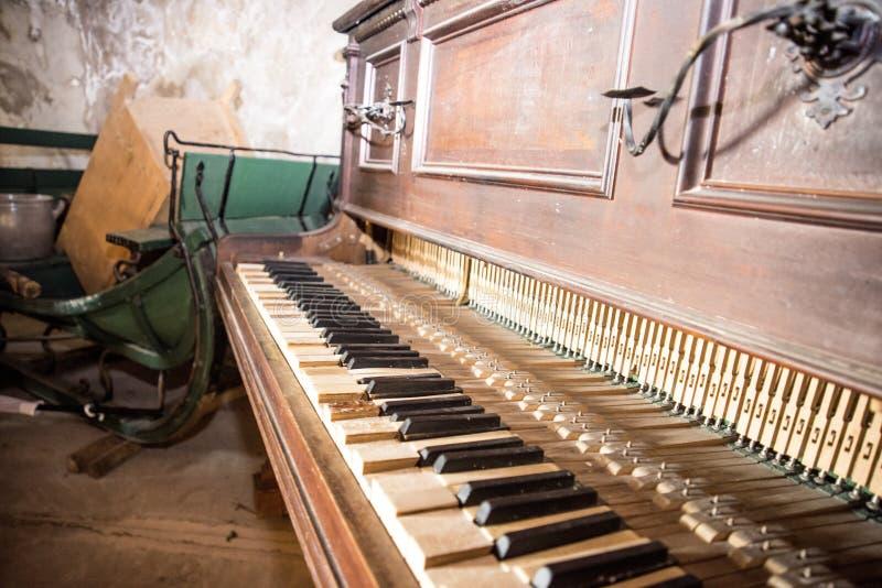 Vieux piano cassé en bois Photo d'intérieur de résumé rétro photo stock