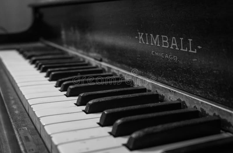 Vieux piano déprimé en noir et blanc photographie stock