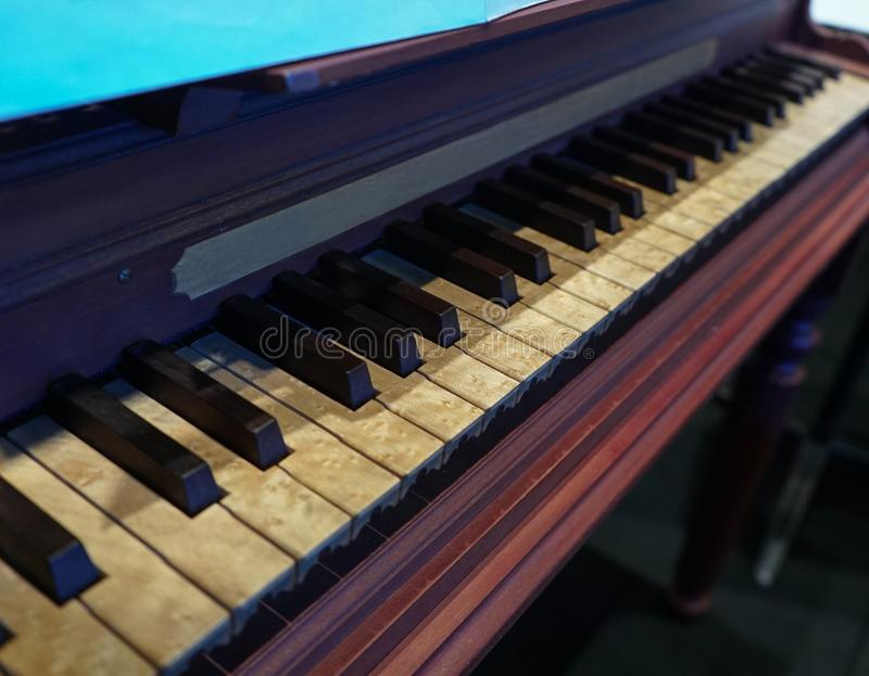 Vieux piano en bois avec des clés notoirement âgées image stock