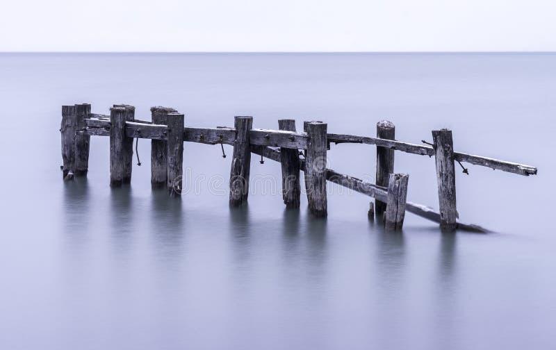Vieux pilier cassé avec les courriers superficiels par les agents se tenant dans le calme tranquille s photographie stock