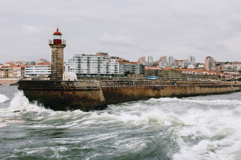 Vieux pilier de phare et de granit à la bouche de la rivière de Douro, Porto photo stock