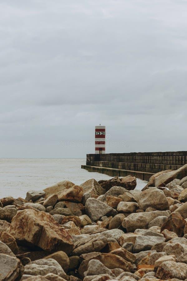 Vieux pilier de phare et de granit à la bouche de la rivière de Douro, Porto image stock