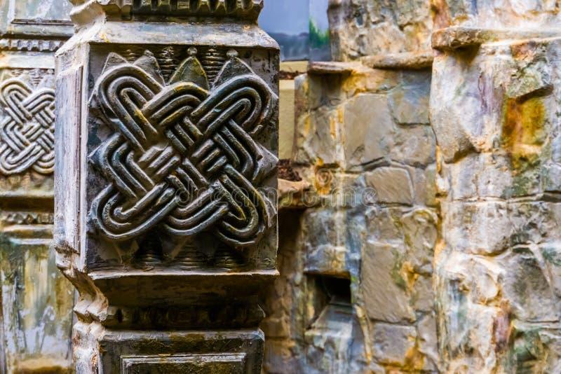 Vieux pilier en pierre celtique semblant antique, fond préhistorique d'architecture photographie stock