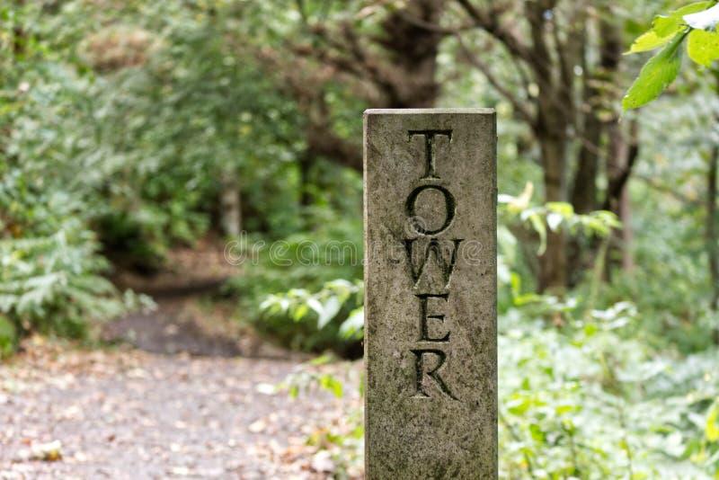 Vieux pilier en pierre sur un chemin de marche photo stock
