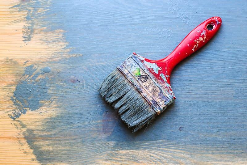 Vieux pinceau utilisé sur le fond partiel en bois de peinture diagonal photographie stock libre de droits