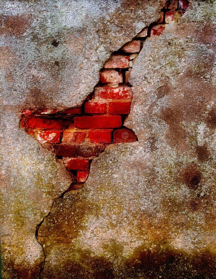 Vieux plâtre endommagé sur le mur de briques photographie stock