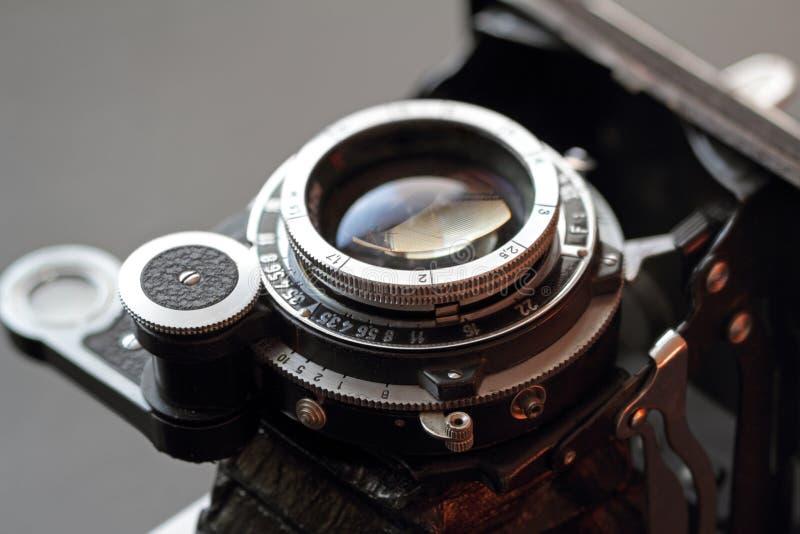 Vieux plan rapproché d'objectif de caméra. image stock