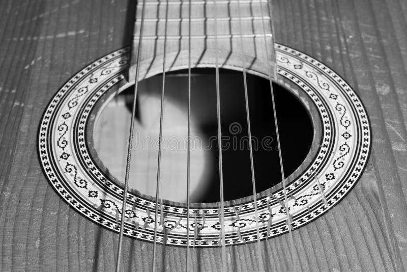 Vieux plan rapproch? de corps de guitare avec des ficelles en noir et blanc images stock
