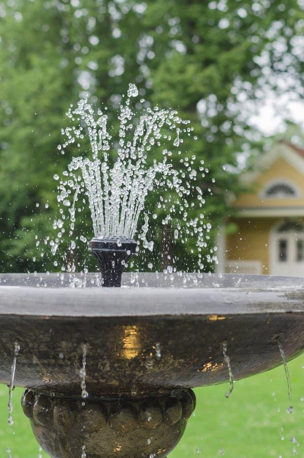 Vieux plan rapproché en pierre de fontaine avec de l'eau égoutture images stock