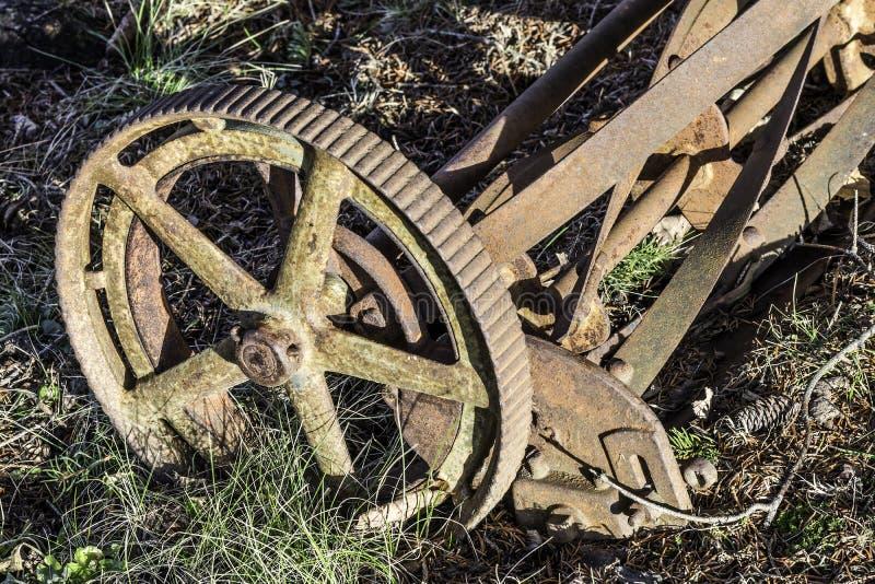Vieux plan rapproché manuel rouillé de tondeuse à gazon de roue et de lames en métal images libres de droits