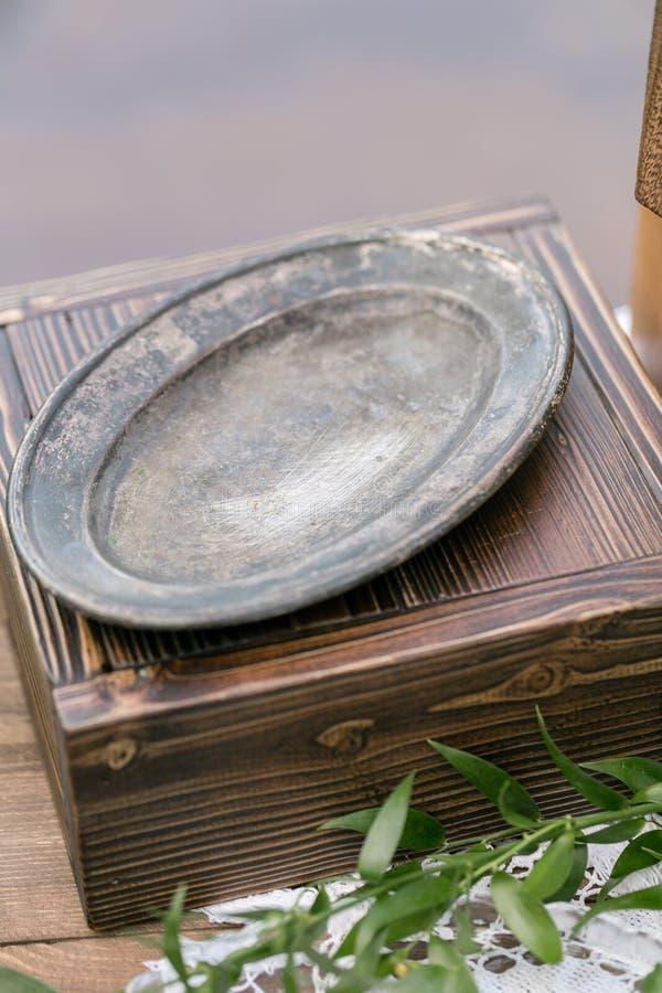Vieux plat ou plateau de vintage Raboteuse en bois de vintage, avec la décoration de fleur dans le jardin extérieur Foyer sélecti images libres de droits