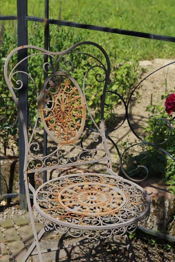 Vieux plus rouillé, plus de manière romantique, chaise de métal, image libre de droits