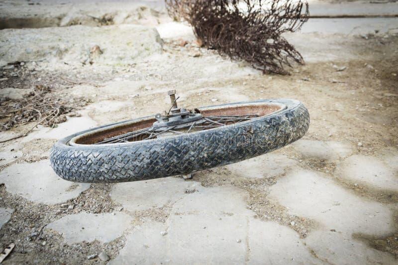 Vieux pneu de vélo images stock