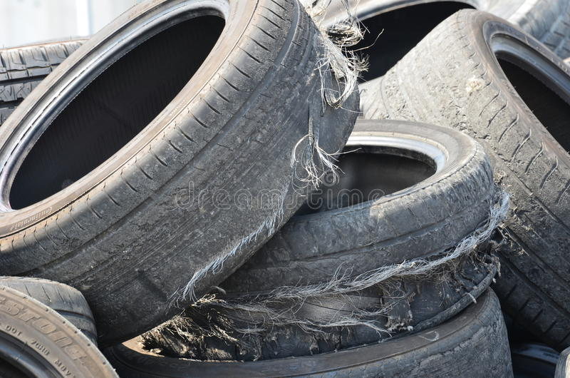 Vieux pneus photographie stock libre de droits