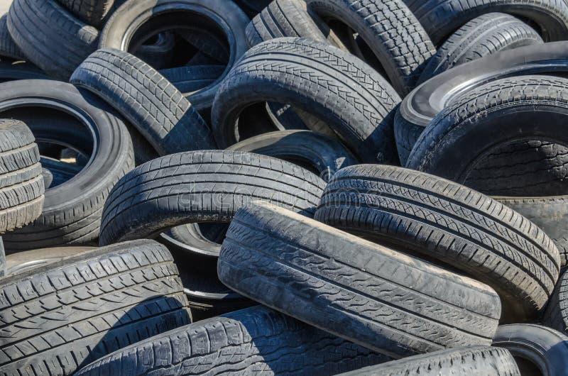 Vieux pneus de voiture images stock