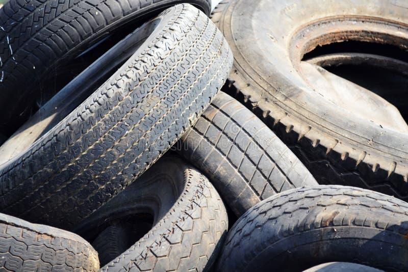 Vieux pneus de voiture d'occasion images stock