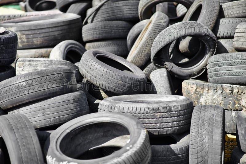 Vieux pneus de voiture d'occasion photos stock