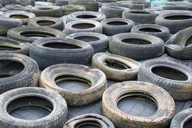 Vieux pneus repurposed comme poids photo libre de droits