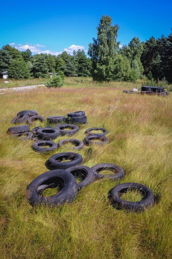 Vieux pneus sur un pr? photos libres de droits