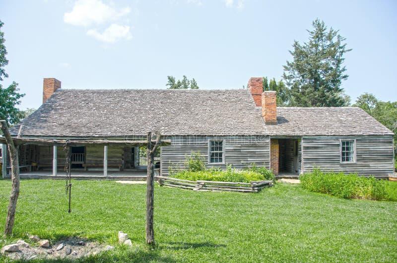 Vieux point de repère de maison de carlingue de rondin dans la ville du Missouri photographie stock libre de droits