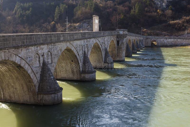 Vieux pont au-dessus de la rivière Drina photographie stock