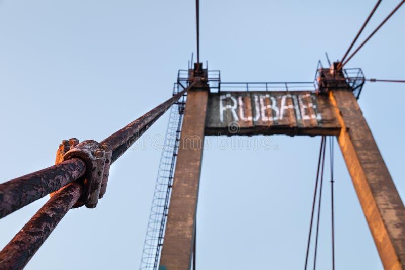 Vieux pont câble-resté photographie stock libre de droits