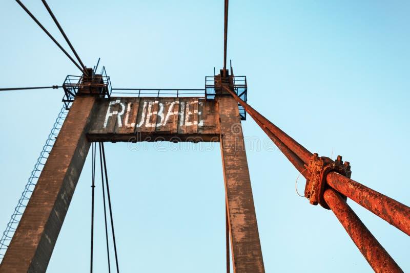 Vieux pont câble-resté photos libres de droits