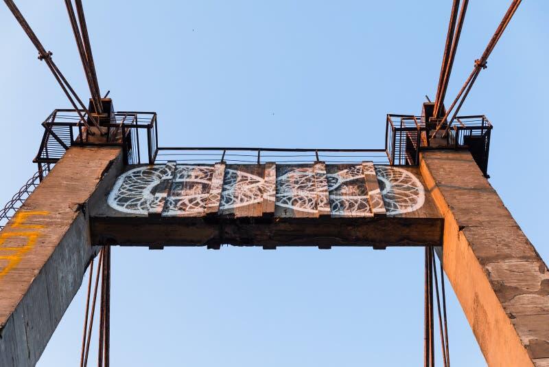 Vieux pont câble-resté photographie stock