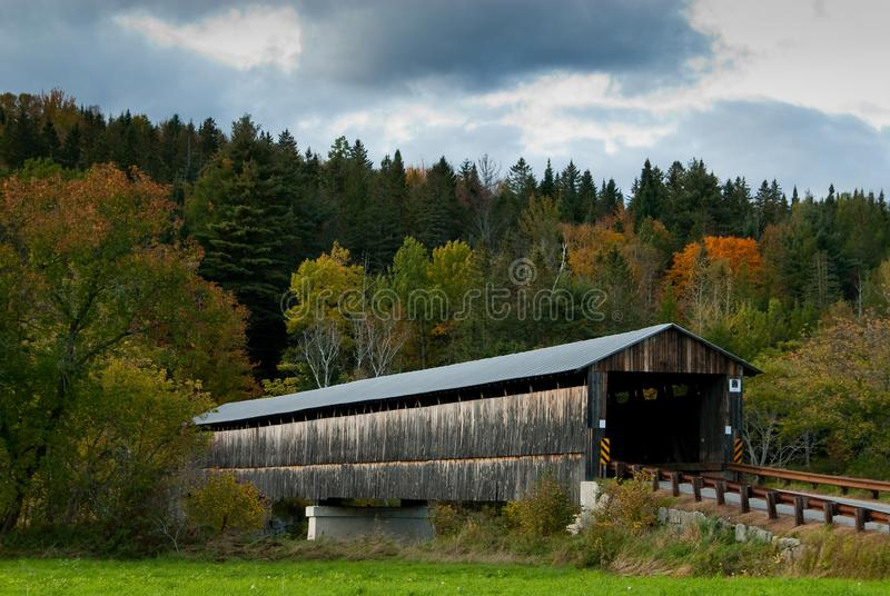 Vieux pont couvert pendant l'automne en Nouvelle Angleterre images libres de droits