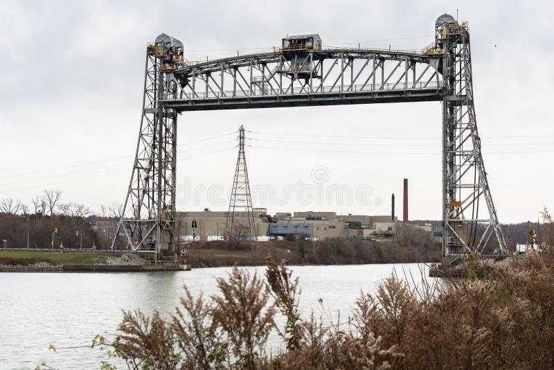 Vieux pont d'ascenseur vertical à travers un canal maritime en automne images stock