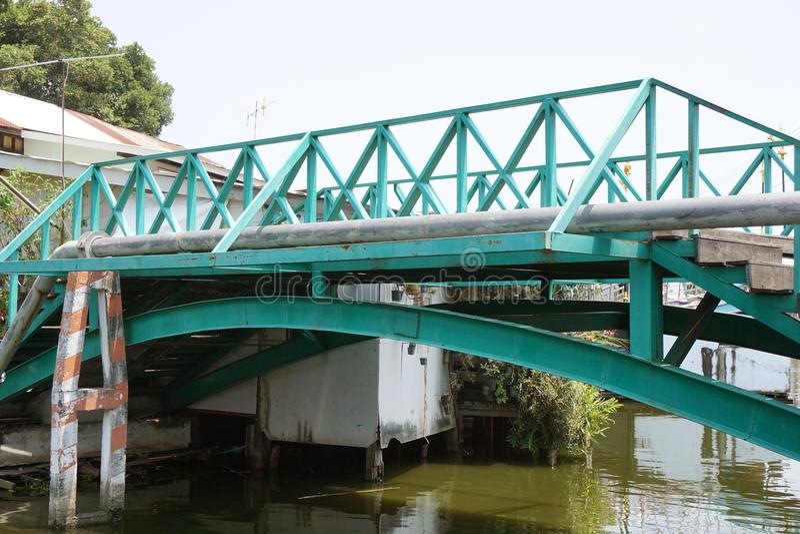 Vieux pont dans le pays Thaïlande images libres de droits