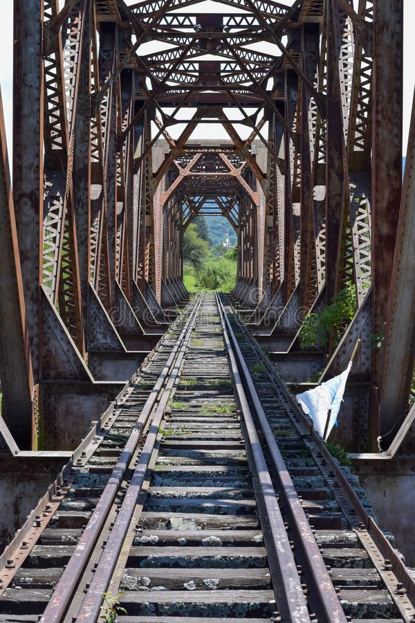 Vieux pont de chemin de fer dans les montagnes photo stock