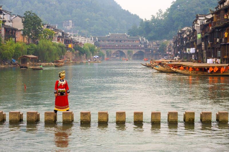 Vieux pont de touristes Fenghuang Chine de pierre de progression photo libre de droits