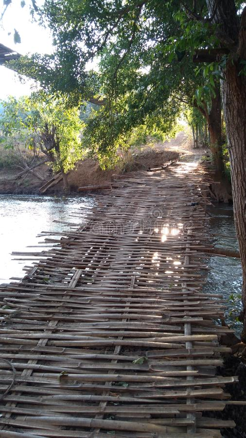 Vieux pont en bambou images stock